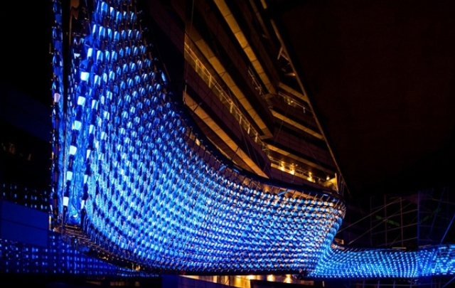 Reflective Flow is a chandelier located in Doha, Qatar